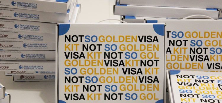 Transparência e Integridade entrega Not So Golden Visa Kit a deputados e governantes