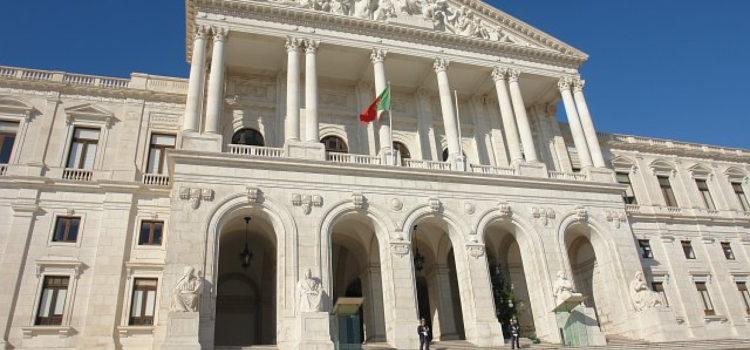 Transparência e Integridade pede explicações ao Parlamento sobre funcionários destacados nos partidos